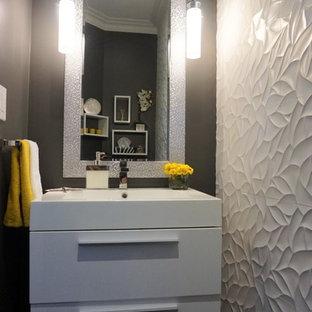 Ejemplo de aseo tradicional renovado, pequeño, con armarios con paneles lisos, puertas de armario blancas, baldosas y/o azulejos blancos, paredes grises, lavabo integrado y encimera de acrílico