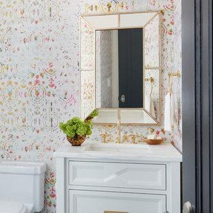 Mittelgroße Klassische Gästetoilette mit Kassettenfronten, weißen Schränken, Toilette mit Aufsatzspülkasten, blauen Fliesen, Mosaikfliesen, bunten Wänden, Mosaik-Bodenfliesen, Unterbauwaschbecken und Quarzwerkstein-Waschtisch in Chicago