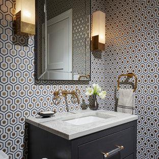 Diseño de aseo tradicional renovado, pequeño, con paredes multicolor, lavabo bajoencimera, encimera de mármol y armarios con paneles lisos
