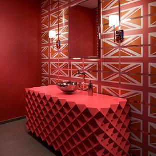 Свежая идея для дизайна: туалет в стиле модернизм с фасадами островного типа, серой плиткой, керамогранитной плиткой, полом из керамогранита, красными стенами и красной столешницей - отличное фото интерьера
