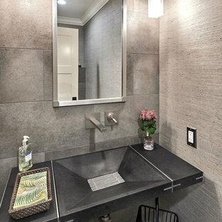 Стильный дизайн: маленький туалет в современном стиле с инсталляцией, серой плиткой, керамогранитной плиткой, серыми стенами, полом из керамогранита, монолитной раковиной и столешницей из бетона - последний тренд