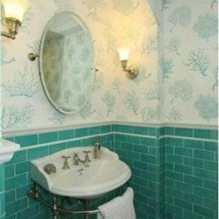 Неиссякаемый источник вдохновения для домашнего уюта: туалет среднего размера в средиземноморском стиле с открытыми фасадами, раздельным унитазом, зеленой плиткой, керамической плиткой, белыми стенами, полом из керамической плитки и раковиной с пьедесталом