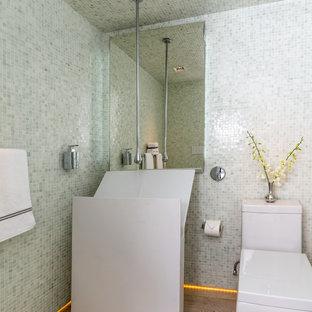 Exempel på ett mellanstort modernt toalett, med ett piedestal handfat, en toalettstol med hel cisternkåpa, vit kakel, ljust trägolv och mosaik
