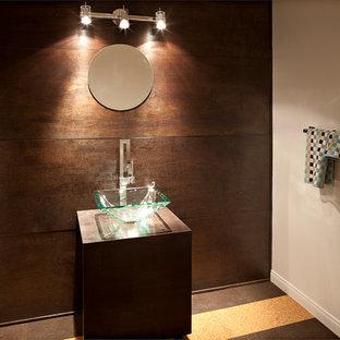 Idée de décoration pour un grand WC et toilettes vintage avec une vasque, un placard à porte plane, des portes de placard en bois sombre, un mur blanc et un sol en liège.