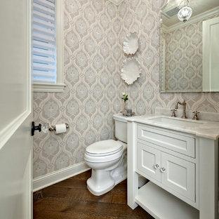 Foto di un bagno di servizio chic con lavabo sottopiano, ante bianche e ante con riquadro incassato