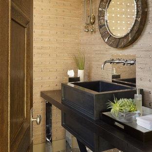 Неиссякаемый источник вдохновения для домашнего уюта: туалет в современном стиле с фасадами островного типа, бежевыми стенами, полом из известняка, настольной раковиной и раздельным унитазом
