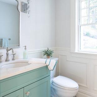Idee per un bagno di servizio classico di medie dimensioni con ante con riquadro incassato, ante turchesi, WC a due pezzi, pareti bianche, pavimento in cementine, lavabo sottopiano, top in quarzo composito, pavimento multicolore e top bianco