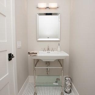 Imagen de aseo de estilo americano con paredes blancas, suelo de baldosas de cerámica, lavabo tipo consola y suelo blanco