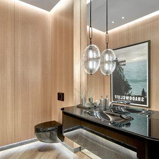 Mittelgroße Moderne Gästetoilette mit Wandtoilette, hellem Holzboden, flächenbündigen Schrankfronten, hellen Holzschränken und integriertem Waschbecken in Chicago