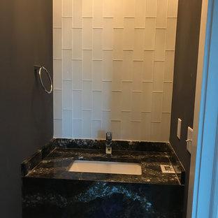 Свежая идея для дизайна: маленький туалет в классическом стиле с унитазом-моноблоком, белой плиткой, плиткой кабанчик, серыми стенами, полом из винила, подвесной раковиной, столешницей из гранита, черным полом и разноцветной столешницей - отличное фото интерьера