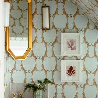 Inspiration pour un WC et toilettes bohème avec un mur multicolore et un lavabo suspendu.