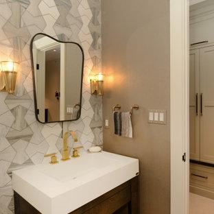 ワシントンD.C.の中くらいのコンテンポラリースタイルのおしゃれなトイレ・洗面所 (オープンシェルフ、黒いキャビネット、分離型トイレ、グレーのタイル、大理石タイル、茶色い壁、磁器タイルの床、一体型シンク、ベージュの床、独立型洗面台、三角天井、壁紙) の写真