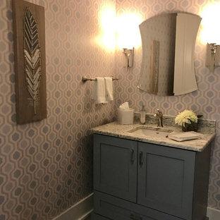 Foto di un bagno di servizio classico di medie dimensioni con ante con riquadro incassato, lavabo sottopiano, top in granito, ante grigie, WC monopezzo, pareti multicolore, pavimento in legno massello medio e pavimento marrone