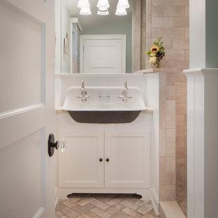 Aménagement d'un petit WC et toilettes classique avec un placard avec porte à panneau encastré, des portes de placard blanches, une grande vasque, un plan de toilette en quartz modifié, un WC séparé, un carrelage beige, des carreaux de céramique, un mur beige, un sol en brique et un sol beige.