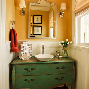 Réalisation d'un petit WC et toilettes tradition avec une vasque, un placard en trompe-l'oeil, des portes de placards vertess et un sol en bois foncé.