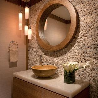 Cette image montre un WC et toilettes traditionnel avec une vasque et un plan de toilette beige.