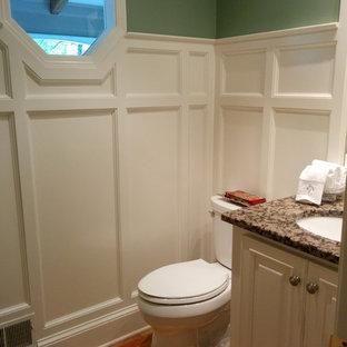 Пример оригинального дизайна: туалет среднего размера в стиле кантри с фасадами с выступающей филенкой, бежевыми фасадами, зелеными стенами, светлым паркетным полом и столешницей из гранита