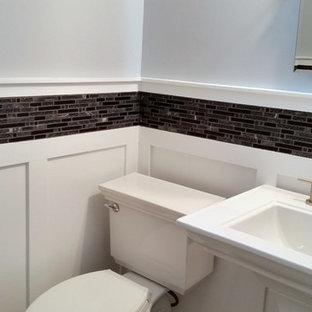 Idee per un piccolo bagno di servizio design con lavabo a colonna, piastrelle di vetro e pareti grigie