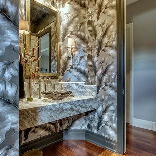 Kleine Klassische Gästetoilette mit Schrankfronten im Shaker-Stil, schwarzen Schränken, Toilette mit Aufsatzspülkasten, farbigen Fliesen, Marmorfliesen, schwarzer Wandfarbe, braunem Holzboden, Aufsatzwaschbecken, Marmor-Waschbecken/Waschtisch und rotem Boden in Calgary