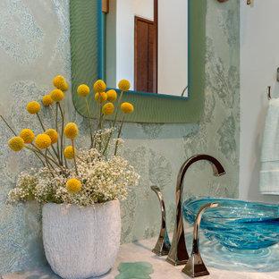 Esempio di un bagno di servizio eclettico di medie dimensioni con ante grigie, WC sospeso, piastrelle verdi, piastrelle di vetro, pareti verdi, pavimento in pietra calcarea, lavabo a bacinella, top in quarzite, pavimento grigio e top grigio