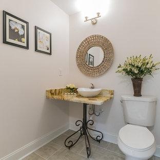 Foto di un bagno di servizio tradizionale di medie dimensioni con WC a due pezzi, pareti bianche, pavimento con piastrelle in ceramica, lavabo a bacinella, top in granito, pavimento beige e top multicolore