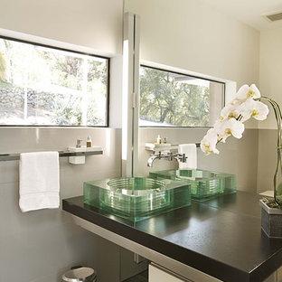 Foto de aseo moderno con lavabo sobreencimera, baldosas y/o azulejos grises y encimeras marrones