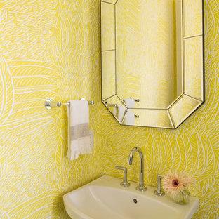 Idéer för ett modernt badrum, med gula väggar och ett piedestal handfat