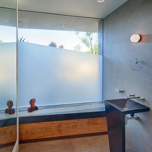 Inspiration pour un très grand WC et toilettes design avec un lavabo de ferme, un WC à poser, un carrelage gris, des carreaux de porcelaine, un mur gris et un sol en carrelage de porcelaine.
