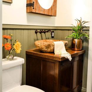 Modelo de aseo mediterráneo, pequeño, con armarios tipo mueble, puertas de armario de madera en tonos medios, sanitario de una pieza, baldosas y/o azulejos verdes, paredes blancas, suelo de baldosas de cerámica, lavabo sobreencimera, encimera de cobre, suelo multicolor y encimeras marrones