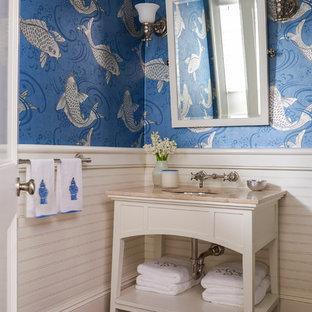 Esempio di un bagno di servizio tradizionale di medie dimensioni con lavabo sottopiano, nessun'anta, ante bianche, top in pietra calcarea, pareti blu e pavimento in legno massello medio