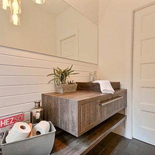 Неиссякаемый источник вдохновения для домашнего уюта: маленький туалет в стиле кантри с настольной раковиной, фасадами цвета дерева среднего тона, столешницей из ламината, унитазом-моноблоком, белыми стенами и темным паркетным полом