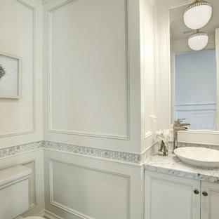 Пример оригинального дизайна: маленький туалет в морском стиле с фасадами с утопленной филенкой, белыми фасадами, разноцветной плиткой, мраморной плиткой, белыми стенами, мраморным полом, настольной раковиной, мраморной столешницей, белым полом, серой столешницей и раздельным унитазом