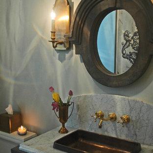 Стильный дизайн: туалет среднего размера в стиле кантри с фасадами островного типа, искусственно-состаренными фасадами, раздельным унитазом, серой плиткой, керамогранитной плиткой, серыми стенами, полом из керамогранита, накладной раковиной и столешницей из гранита - последний тренд