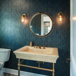Idee per un bagno di servizio costiero di medie dimensioni con nessun'anta, WC a due pezzi, pareti marroni, pavimento in mattoni e lavabo a colonna