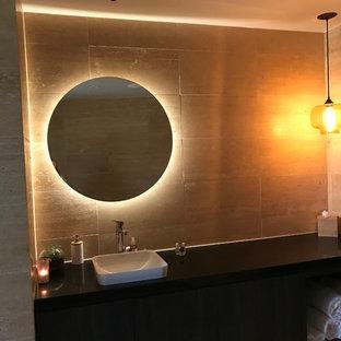 Exemple d'un WC et toilettes méditerranéen avec un carrelage marron, du carrelage en travertin, un mur marron, un sol en calcaire et un sol beige.