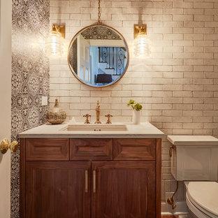 Пример оригинального дизайна: туалет в стиле фьюжн с фасадами с утопленной филенкой, фасадами цвета дерева среднего тона, раздельным унитазом, белой плиткой, терракотовой плиткой, черными стенами, паркетным полом среднего тона, врезной раковиной, столешницей из кварцита и коричневым полом