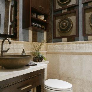 Réalisation d'un petit WC et toilettes tradition avec une vasque, un placard à porte plane, des portes de placard en bois sombre, un plan de toilette en calcaire, un WC séparé, un carrelage beige, un sol en travertin et du carrelage en pierre calcaire.