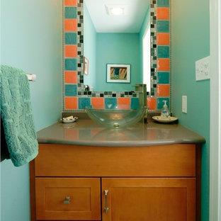 Свежая идея для дизайна: маленький туалет в современном стиле с фасадами в стиле шейкер, фасадами цвета дерева среднего тона, раздельным унитазом, синей плиткой, оранжевой плиткой, керамогранитной плиткой, синими стенами, полом из керамогранита, настольной раковиной и столешницей из искусственного кварца - отличное фото интерьера