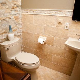 Idées déco pour un WC et toilettes classique avec du carrelage en travertin.