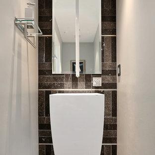 Идея дизайна: маленький туалет в современном стиле с раковиной с пьедесталом, серой плиткой, полом из известняка и плиткой из известняка