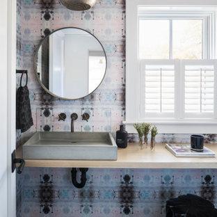 Aménagement d'un WC et toilettes contemporain de taille moyenne avec un sol en carreau de terre cuite, un plan de toilette en bois, un sol gris, meuble-lavabo suspendu et du papier peint.