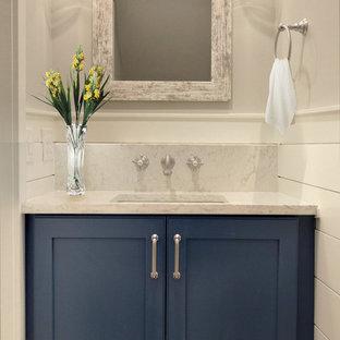 Kleine Klassische Gästetoilette mit Schrankfronten im Shaker-Stil, blauen Schränken, Wandtoilette mit Spülkasten, grauer Wandfarbe, Keramikboden, Unterbauwaschbecken, Quarzwerkstein-Waschtisch, weißem Boden und weißer Waschtischplatte