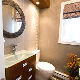Новые идеи обустройства дома: маленький туалет в современном стиле с плоскими фасадами, темными деревянными фасадами, раздельным унитазом, бежевой плиткой, керамогранитной плиткой, бежевыми стенами, монолитной раковиной, стеклянной столешницей и полом из керамогранита