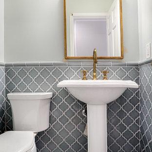 Свежая идея для дизайна: маленький туалет в стиле современная классика с раковиной с пьедесталом, раздельным унитазом, серой плиткой, керамической плиткой, бежевыми стенами, мраморным полом и белым полом - отличное фото интерьера