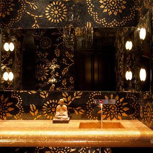 Réalisation d'un WC et toilettes asiatique avec un plan de toilette orange.