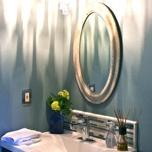 Foto di un piccolo bagno di servizio tradizionale con piastrelle blu, piastrelle verdi, piastrelle bianche, piastrelle a listelli, pareti blu, lavabo integrato, top in quarzo composito, ante in stile shaker e ante in legno bruno