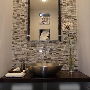 Неиссякаемый источник вдохновения для домашнего уюта: туалет в стиле модернизм с настольной раковиной и коричневой столешницей