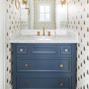 Стильный дизайн: маленький туалет в стиле современная классика с фасадами с утопленной филенкой, синими фасадами, унитазом-моноблоком, белыми стенами, врезной раковиной и мраморной столешницей - последний тренд