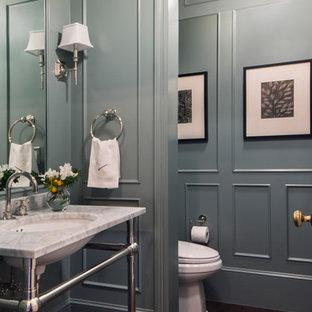 Exempel på ett stort klassiskt vit vitt badrum, med öppna hyllor, en toalettstol med hel cisternkåpa, blå väggar, mörkt trägolv, ett konsol handfat, marmorbänkskiva och brunt golv