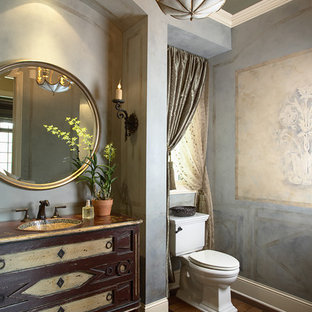 Пример оригинального дизайна: туалет в классическом стиле с раздельным унитазом и темным паркетным полом